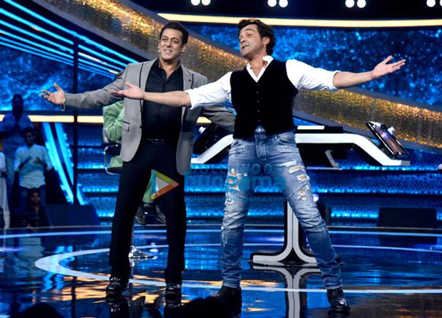 WATCH: Dharmendra does the HOOK STEP of Dabangg with Salman Khan and Bobby Deol on Dus Ka Dum