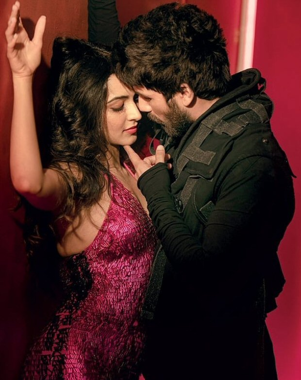 SIZZLING CHEMISTRY: Here's the first look of Arjun Reddy remake actors Kiara Advani and Shahid Kapoor from the single Urvashi