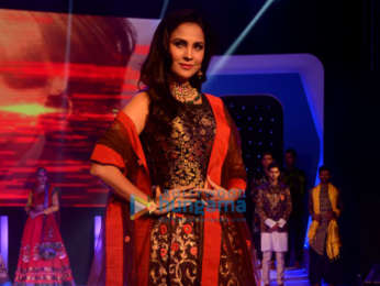 Lara Dutta Walks The Ramp At The Sasmira Enchante 2018 College Fashion Show Parties Events Bollywood Hungama