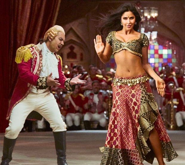 Aamir Khan is mesmerized by Katrina Kaif's scorching beauty in Thugs of Hindostan's new song 'Suraiyya'