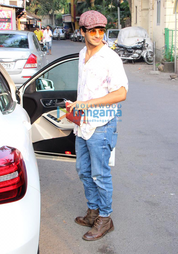 Ishaan Khatter spotted at a cafe in Bandra (1)