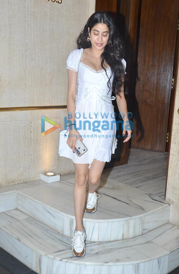 Janhvi Kapoor in Daisy at Manish Malhotra's house post dinner (5)