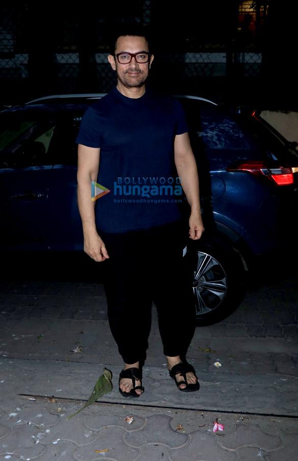 Aamir Khan spotted in Juhu (1)