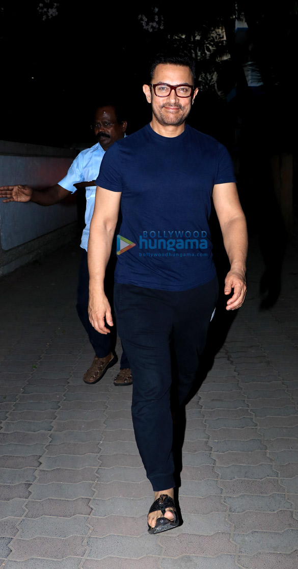 Aamir Khan spotted in Juhu (5)