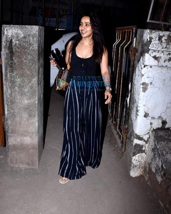 Neha Sharma spotted at Kromakay salon in Juhu (4)