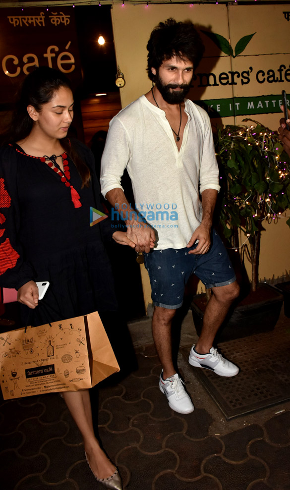 Shahid Kapoor and Mira Rajput spotted at Farmers' Cafe in Bandra (5)