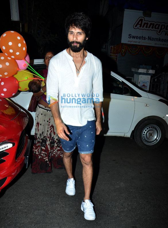 Shahid Kapoor and Mira Rajput spotted at Farmers' Cafe in Bandra (6)
