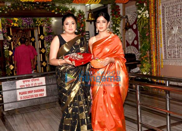 Tanushree Dutta and Ishita Dutta snapped at Kali Mata mandir (1)