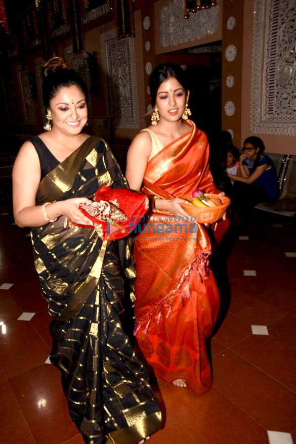 Tanushree Dutta and Ishita Dutta snapped at Kali Mata mandir (2)