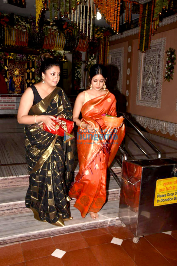 Tanushree Dutta and Ishita Dutta snapped at Kali Mata mandir (3)