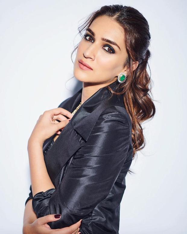 Kriti Sanon in Sunaina Khera for Umag 2019 Mumbai Police Show (2)