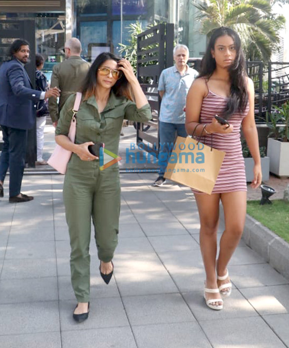 Kajol, Nysa Devgn and Pooja Hegde spotted at Yauatcha in BKC (5)