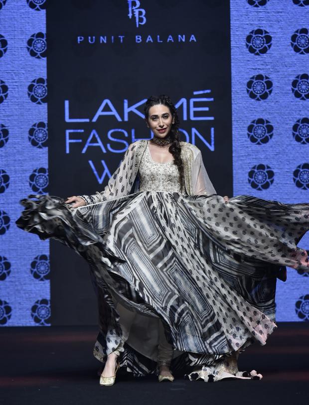 Karisma Kapoor for Punit Balana at LFW 2019 Summer_Resort (3)