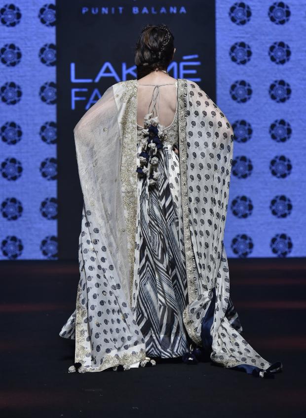 Karisma Kapoor for Punit Balana at LFW 2019 Summer_Resort (4)