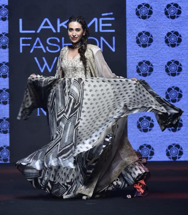 Karisma Kapoor for Punit Balana at LFW 2019 Summer_Resort (6)