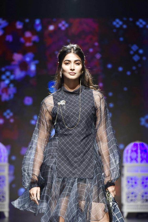 Pooja Hegde for Saaksha and Kinni at LFW 2019 Summer_Resort (2)