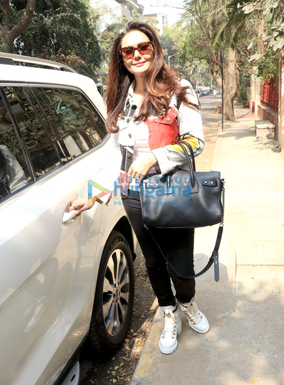 Preity Zinta spotted at BBlunt salon in Bandra-11 (1)