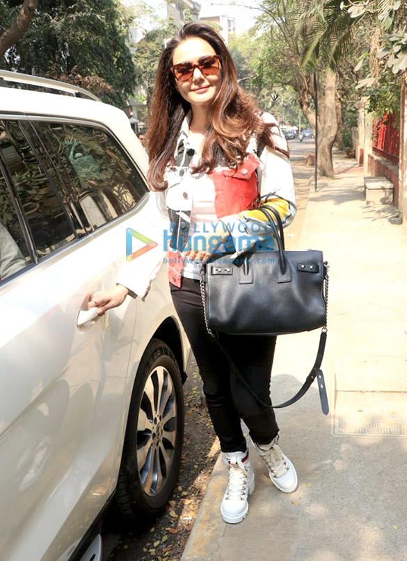 Preity Zinta spotted at BBlunt salon in Bandra-11 (2)