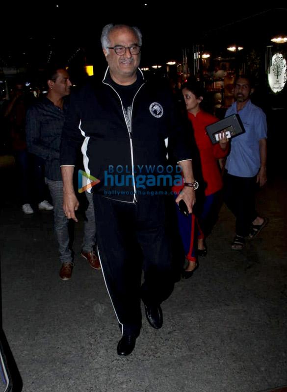 Kareena Kapoor Khan and Boney Kapoor snapped at the airport (2)