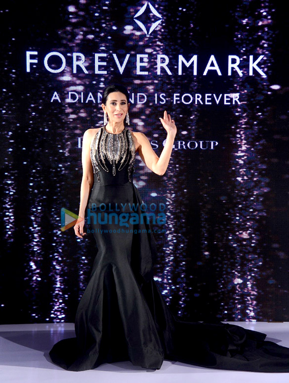 Karisma Kapoor walks the ramp for Forevermark (1)