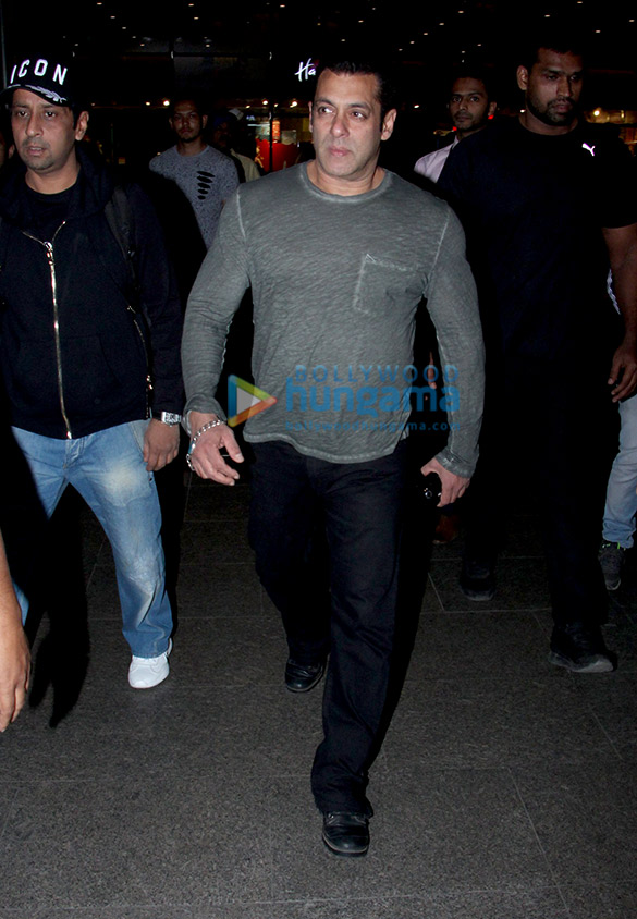 Salman Khan, Kareena Kapoor Khan, Esha Gupta and Boney Kapoor snapped at the airport (2)