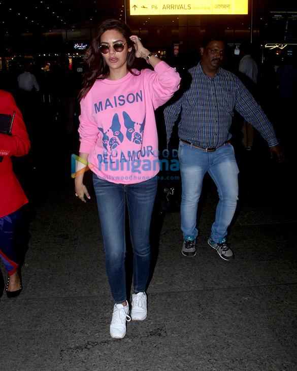 Salman Khan, Kareena Kapoor Khan, Esha Gupta and Boney Kapoor snapped at the airport (4)