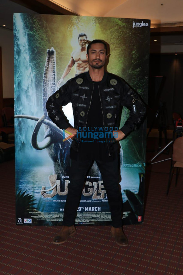 Vidyut Jammwal and Hollywood Director Chuck Russell snapped at Raheja Classique Club, Andheri West while promoting Junglee (6)