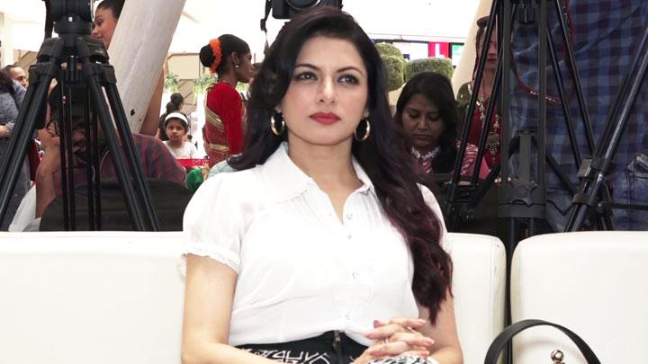 Actress Bhagyashree unveiling India Dance Season 6 Trophy