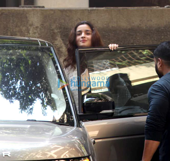 Alia Bhatt spotted at Sanjay Leela Bhansali's office in Juhu (2)