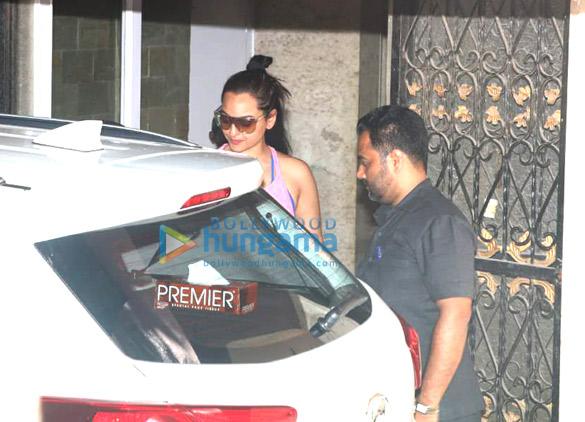 Sara Ali Khan and Sonakshi Sinha spotted at the gym (1)