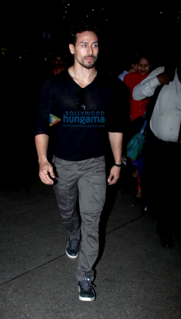 Tiger Shroff, Tara Sutaria and Ananya Pandey snapped at the airport (4)