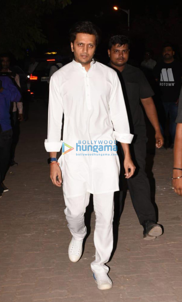 Celebs snapped at Ajay Devgn's house arriving to pay their condolence (1140)
