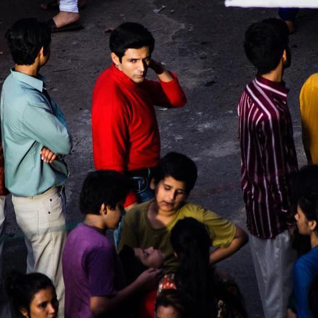 LEAKED PHOTOS: Kartik Aaryan looks handsome in red on the sets of Love Aaj Kal 2 in Mumbai