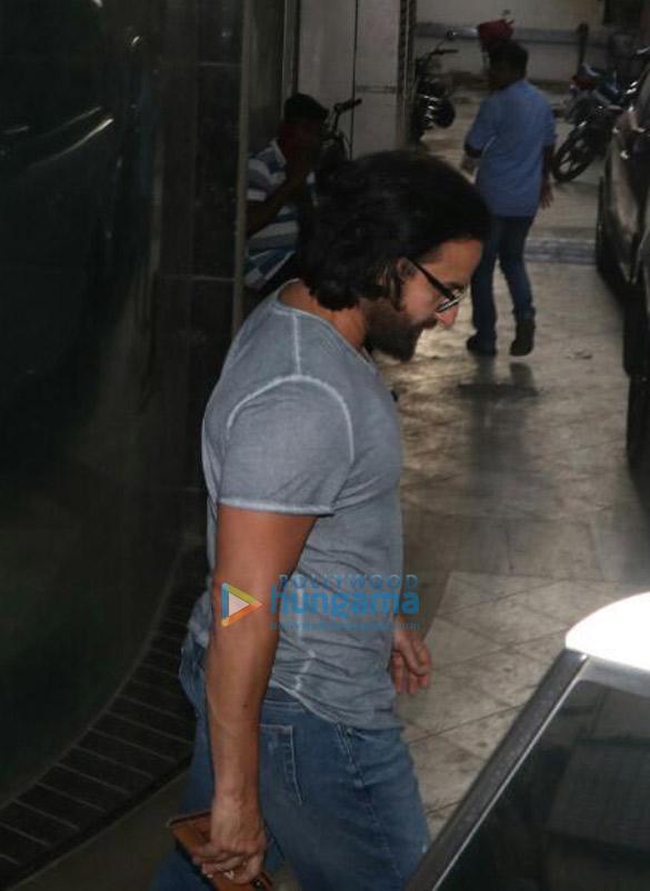 Photos Kareena Kapoor Khan and Saif Ali Khan snapped at a clinic in Bandra (2)
