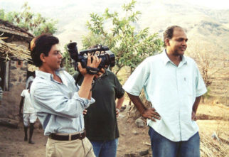 THROWBACK THURSDAY – This photo of Shah Rukh Khan turning director for Ashutosh Gowariker on the sets of Swades will make you nostalgic!