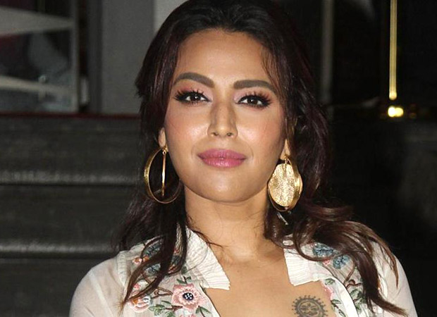 Swara Bhaskar HITS BACK on Twitter at this man who sneakily takes her video in the name of selfie; Twitteratis REACT