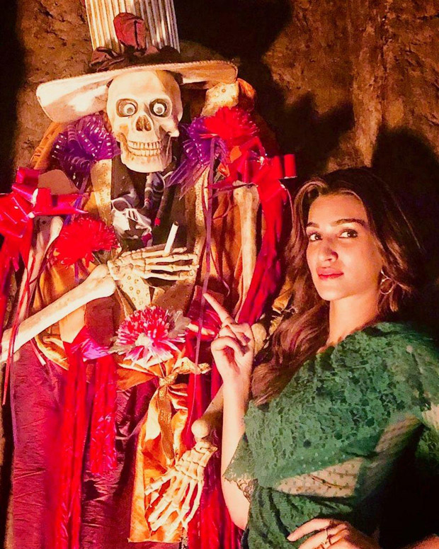 Kriti Sanon is giving us 'Aao Kabhi Haveli Pe' vibes with this spooky photo from the sets of Housefull 4