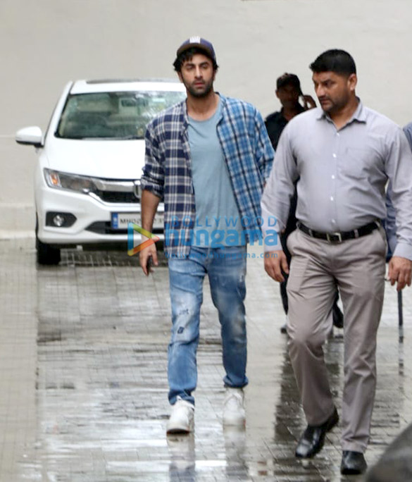 Photos Ranbir Kapoor snapped at the Dharma Productions office (2)