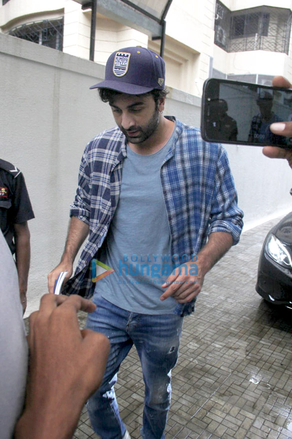 Photos Ranbir Kapoor snapped at the Dharma Productions office (3)