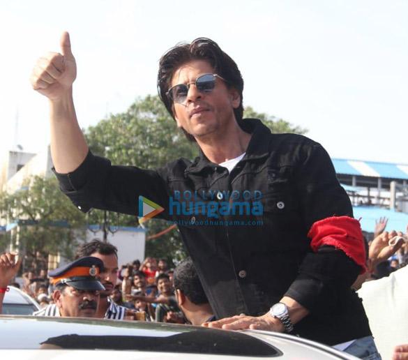 Photos Shah Rukh Khan snapped at an event at Bandra station (6)