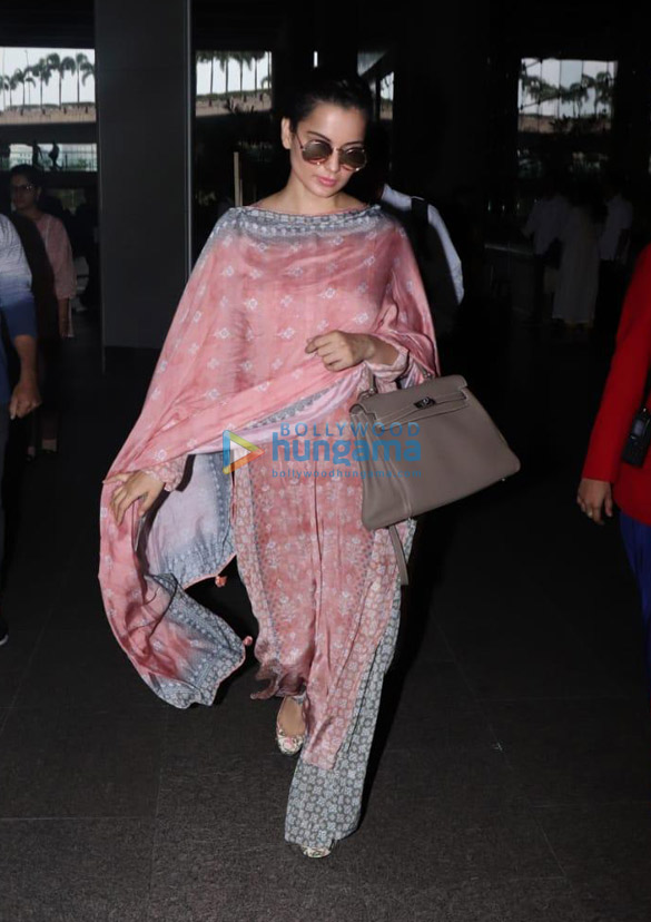 Photos Deepika Padukone and Kangana Ranaut snapped at the airport (001)