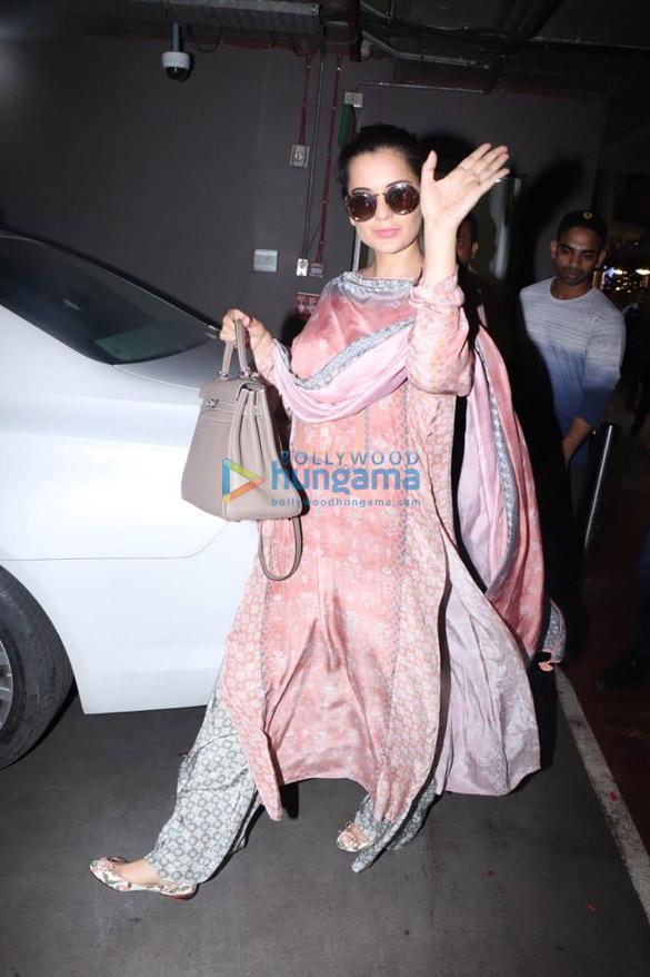 Photos Deepika Padukone and Kangana Ranaut snapped at the airport (002)