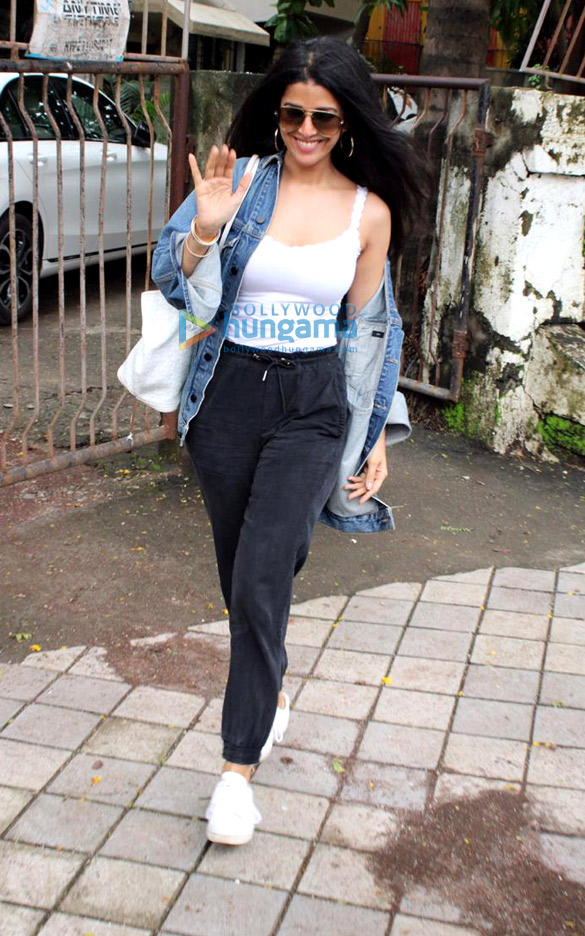 Photos Dimple Kapadia, Neha Sharma and Nimrat Kaur spotted at Kromakay salon in Juhu (1)