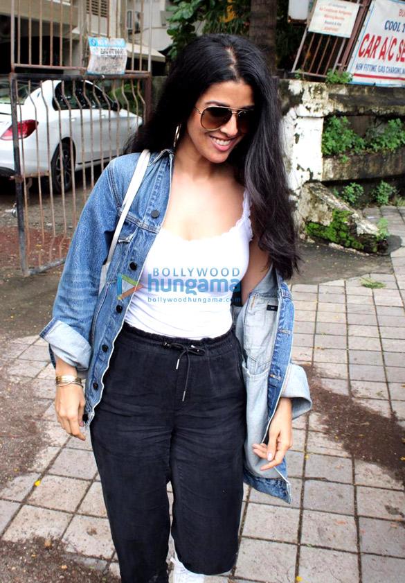 Photos Dimple Kapadia, Neha Sharma and Nimrat Kaur spotted at Kromakay salon in Juhu (2)