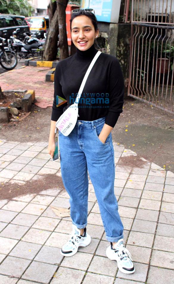 Photos Dimple Kapadia, Neha Sharma and Nimrat Kaur spotted at Kromakay salon in Juhu (3)