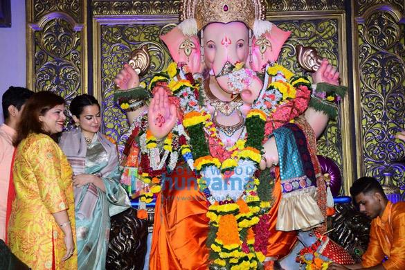 Photos Kangana Ranaut snapped at Andheri Cha Raja darshan (3)
