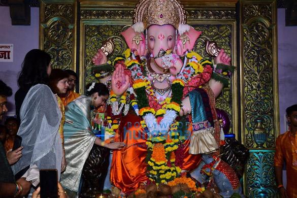 Photos Kangana Ranaut snapped at Andheri Cha Raja darshan (4)