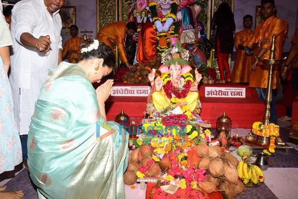Photos Kangana Ranaut snapped at Andheri Cha Raja darshan (6)