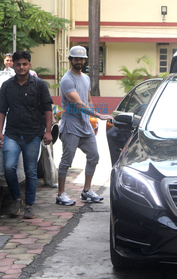 Photos Kartik Aaryan, Shahid Kapoor and others snapped at the gym (3)
