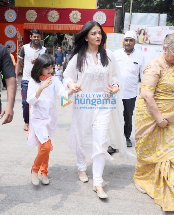 Photos Aishwarya Rai Bachchan and Aaradhya Bachchan snapped at Ramakrishna Mission for Dussehra Puja (4)